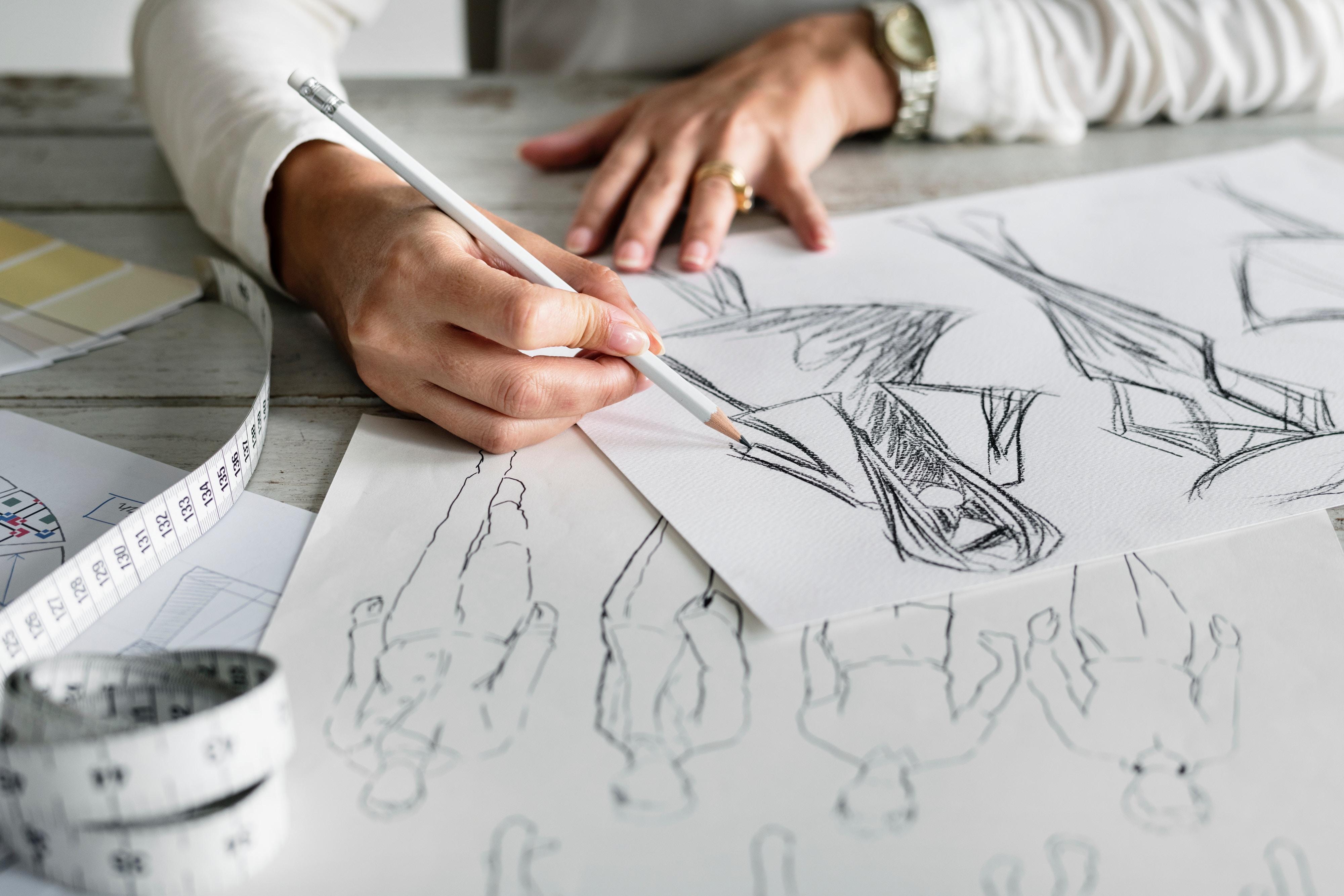 Iemand schetst om beter te leren tekenen